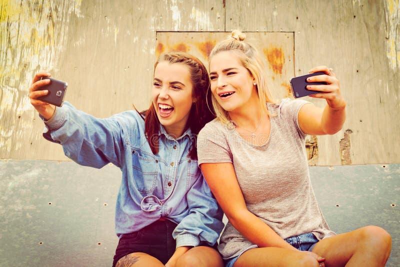 Freundinnen, die selfie nehmen stockbild