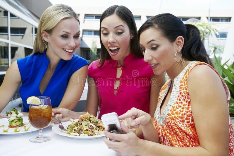 Freundinnen, die Textnachricht lesen stockfotos