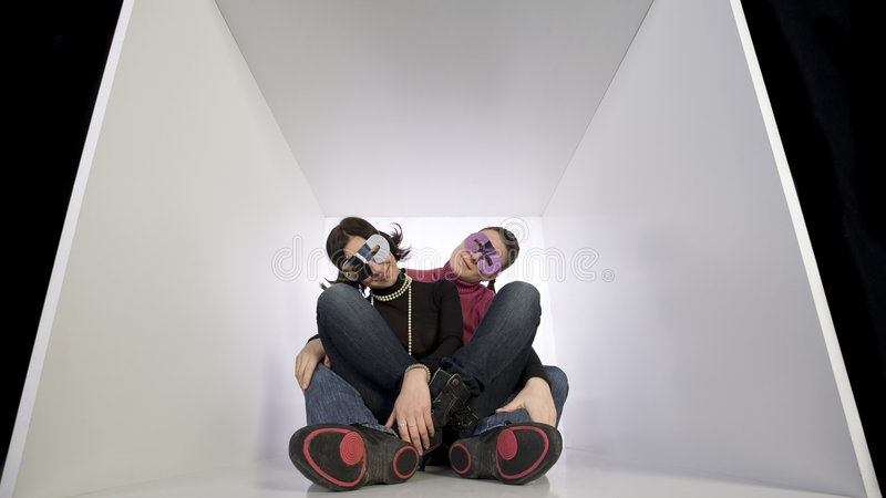 Freundinnen, die Verkleidungschablonen tragen stockfotos