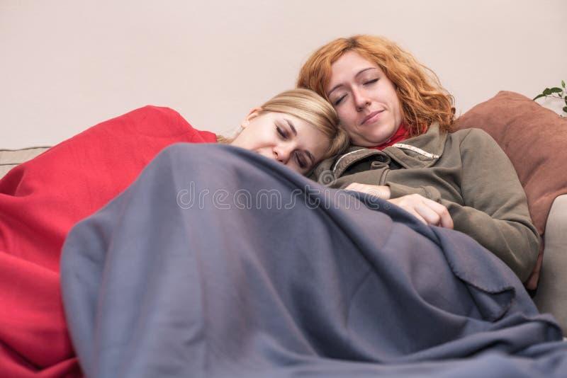 Freundinnen, die zu Hause schlafen lizenzfreie stockfotografie