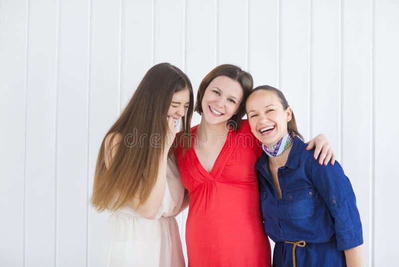 Freundinnen mit schwangerer Frau stockfotografie