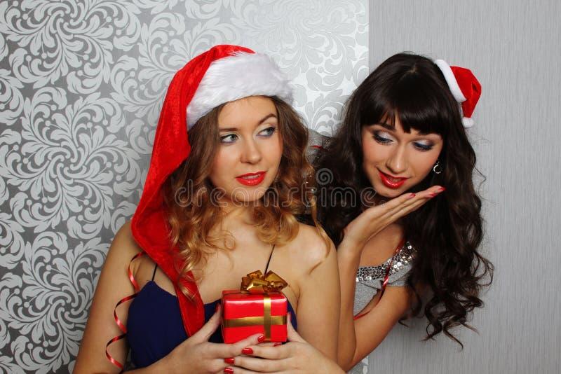 Freundinnen am Weihnachtsfest lizenzfreies stockbild