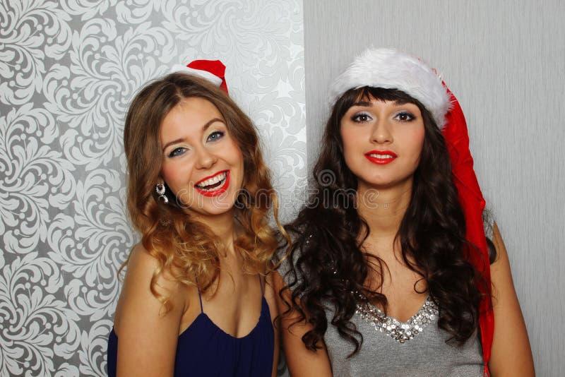 Freundinnen am Weihnachtsfest stockbild