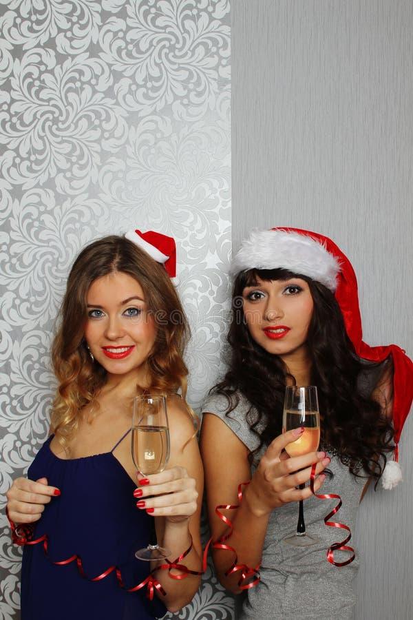 Freundinnen am Weihnachtsfest stockbilder
