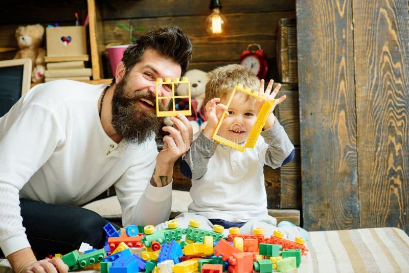 Freundkonzept Vater und Kinderspiel mit Bauspielwaren, Freunde Vater und Sohn machen gute Freunde Mein Vater ist mein stockfotografie