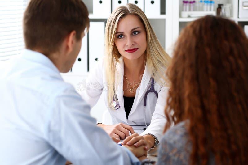 Freundliche Ärztingriff-Patientenhand lizenzfreies stockfoto