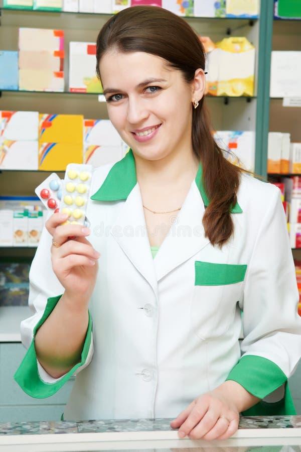 Freundliche Apothekerchemikerfrau lizenzfreie stockfotografie