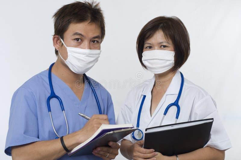 Freundliche Doktor-und Interniert-Krankenschwester lizenzfreie stockbilder