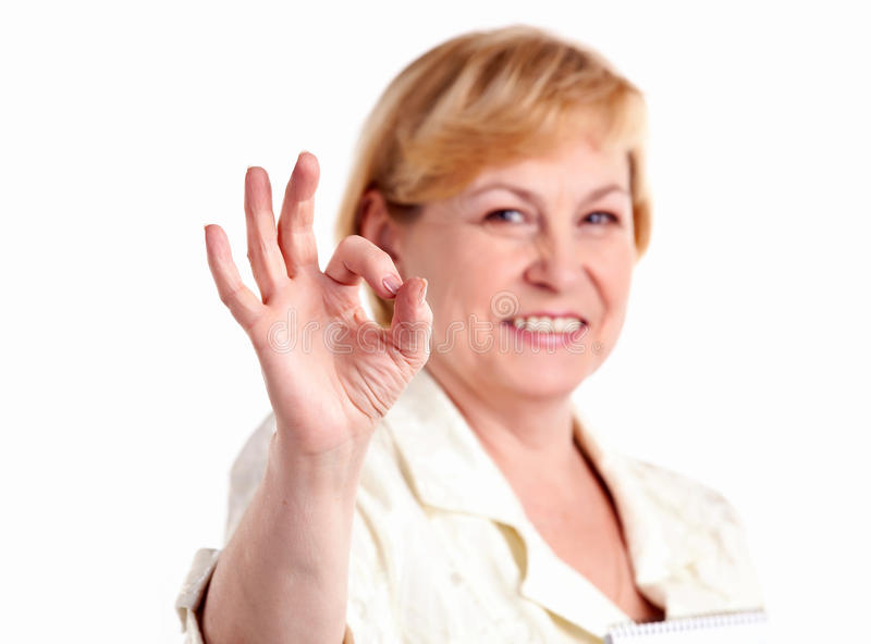 Freundliche fällige Frau, die das okayzeichen zeigt stockfoto