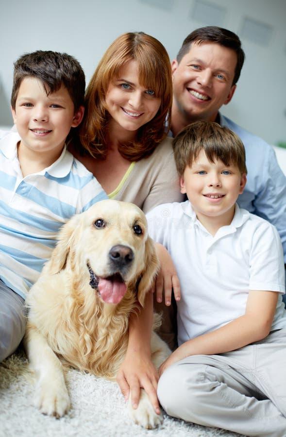 Freundliche Familie lizenzfreie stockbilder