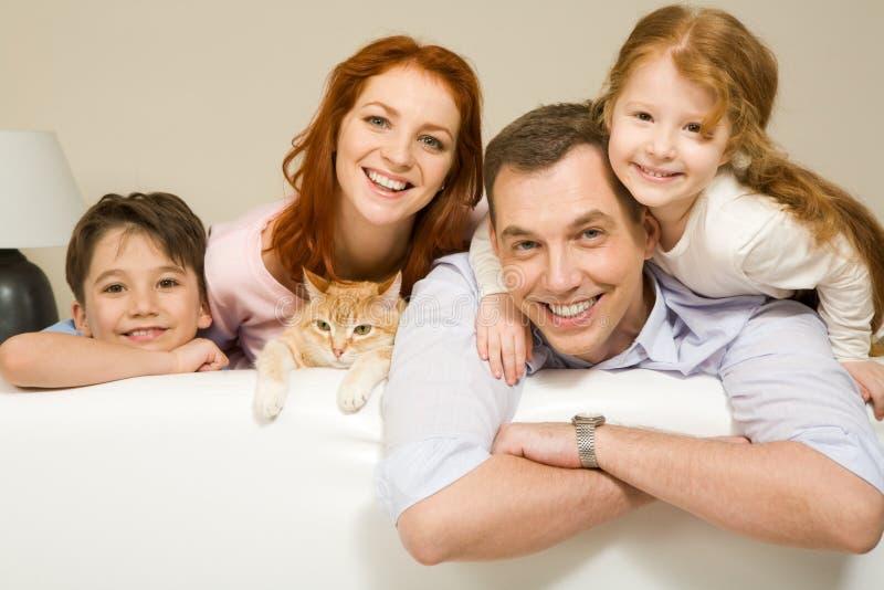 Freundliche Familie lizenzfreie stockfotografie