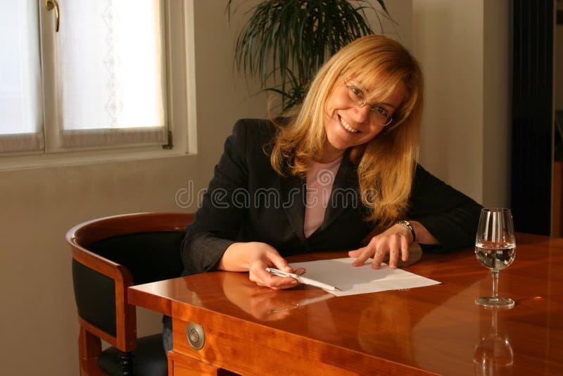 Freundliche Frau, die ein Projekt behandelt stockfotos