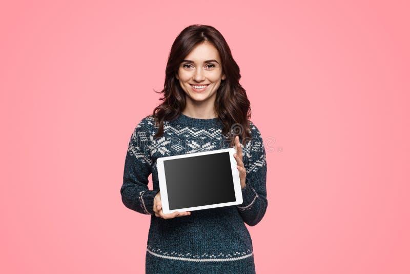 Freundliche Frau, die moderne Tablette demonstriert lizenzfreies stockbild