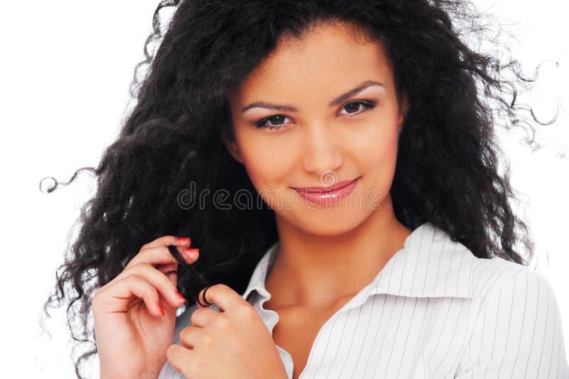 Freundliche Frau mit dem lockigen Haar stockbild