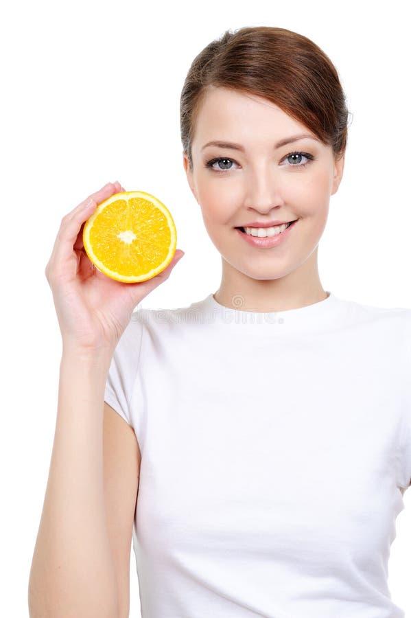Freundliche Frau mit frischer Orange lizenzfreies stockfoto
