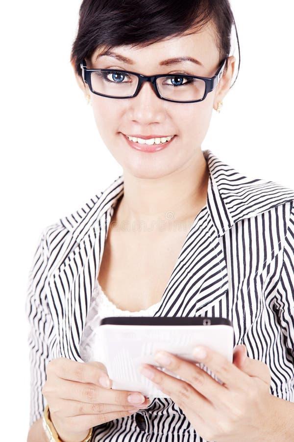 Download Freundliche Frau Mit Tablette Stockbild - Bild von indisch, japanisch: 26367381