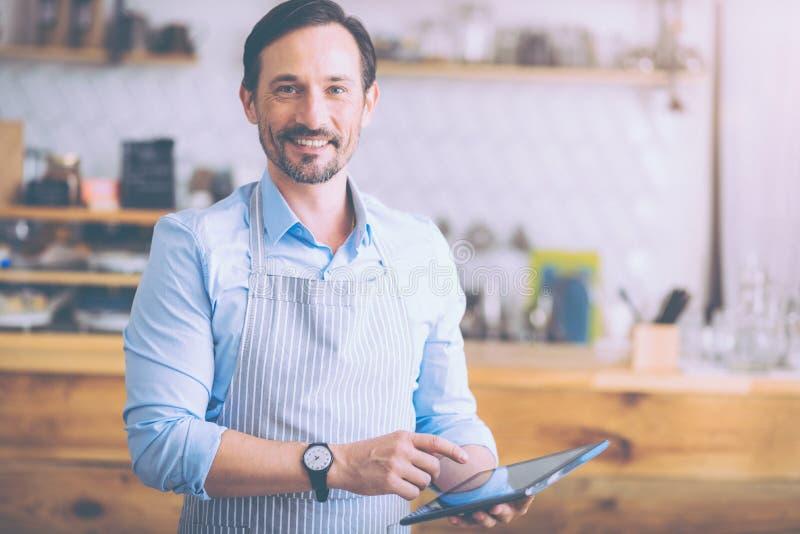 Freundliche Gäste des netten Caféinhabers lizenzfreies stockfoto