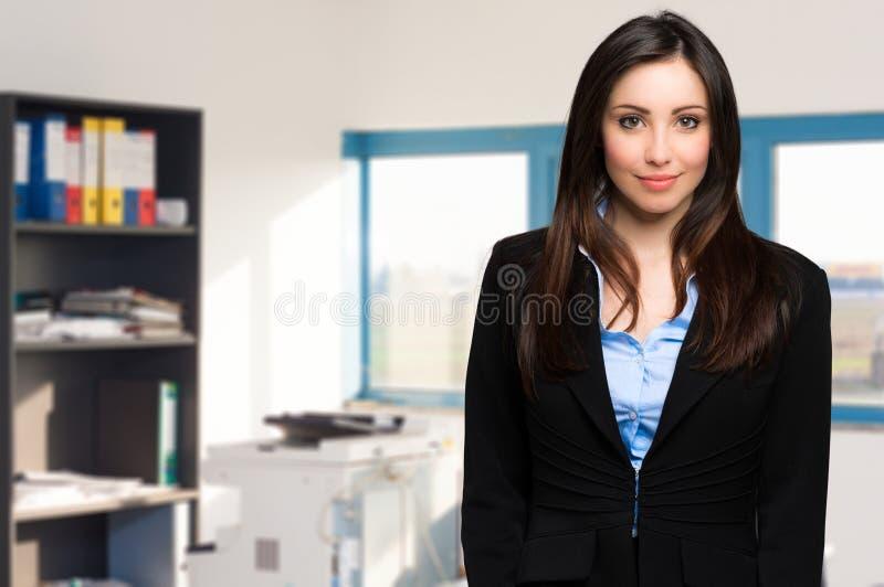 Freundliche Geschäftsfrau in einem modernen Büro lizenzfreie stockfotos