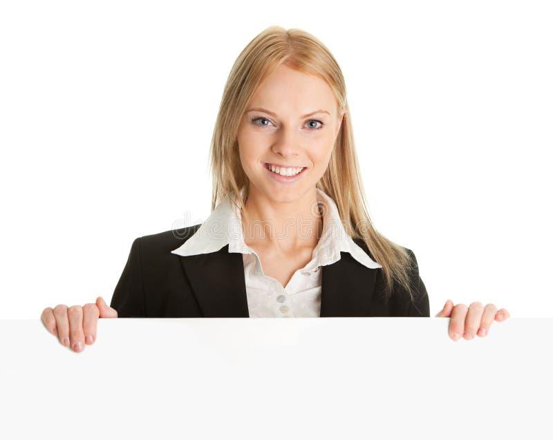 Freundliche Geschäftsfrauen, die leeren Vorstand darstellen lizenzfreie stockbilder