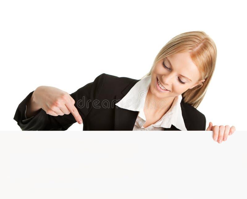 Freundliche Geschäftsfrauen, die leeren Vorstand darstellen stockbild