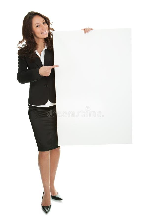 Freundliche Geschäftsfrauen, die leeren Vorstand darstellen lizenzfreies stockfoto