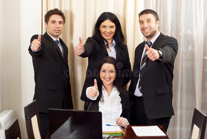 Freundliche Geschäftsleute, die Daumen geben lizenzfreies stockbild