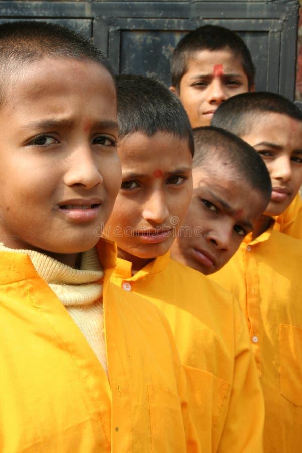 Freundliche hinduistische Kursteilnehmer, die draußen aufwerfen. stockfotografie