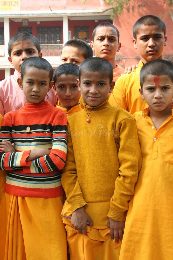 Freundliche Jungen in einer Gruppe stockbild