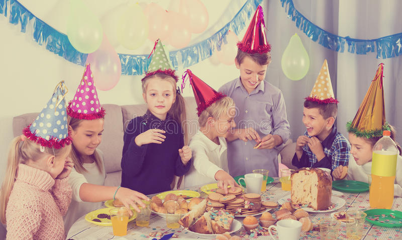 Freundliche Kinder, die eine gute Zeit an einer Geburtstagsfeier haben lizenzfreies stockbild