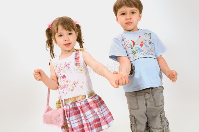 Freundliche kleine Kinder getrennt auf Weiß stockfotos