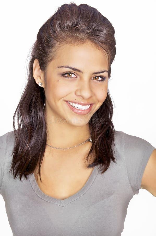 Freundliche lächelnde junge Frau lizenzfreie stockbilder