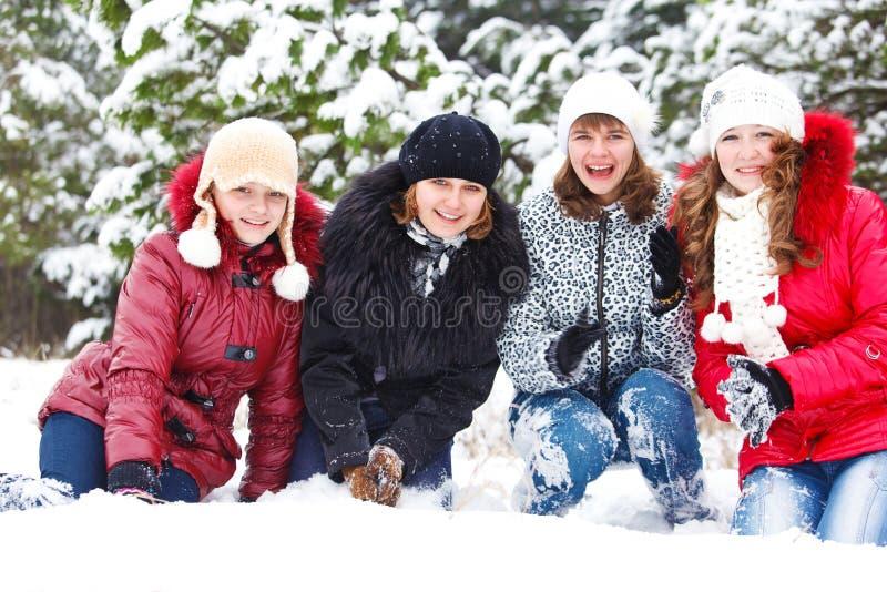 Freundliche Mädchen auf Schnee stockbilder