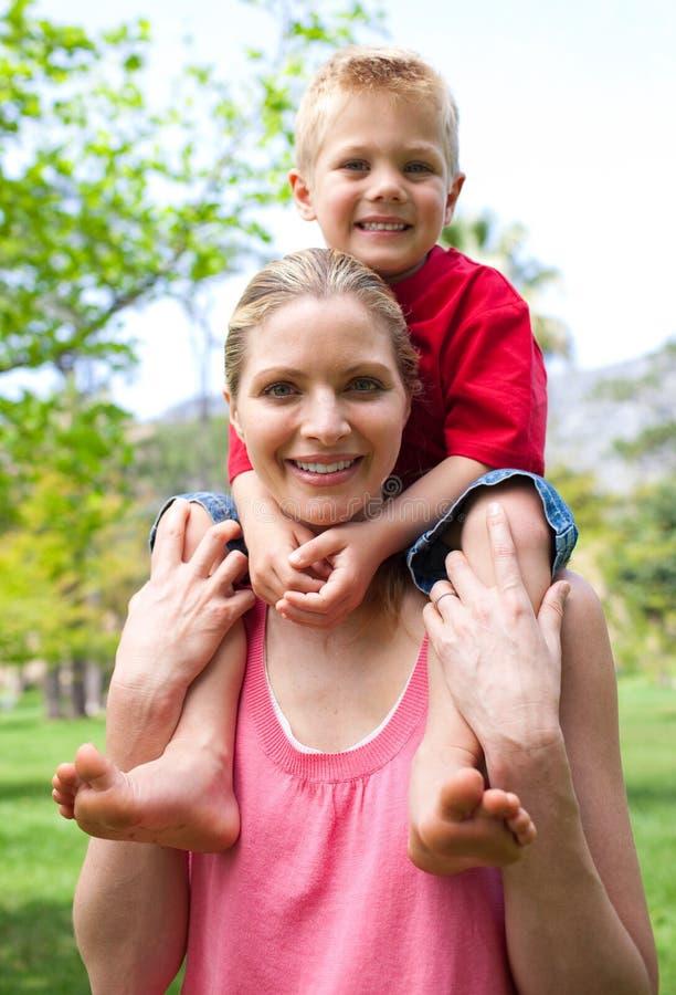 Freundliche Mutter, die ihre Sohndoppelpolfahrt gibt stockfotos