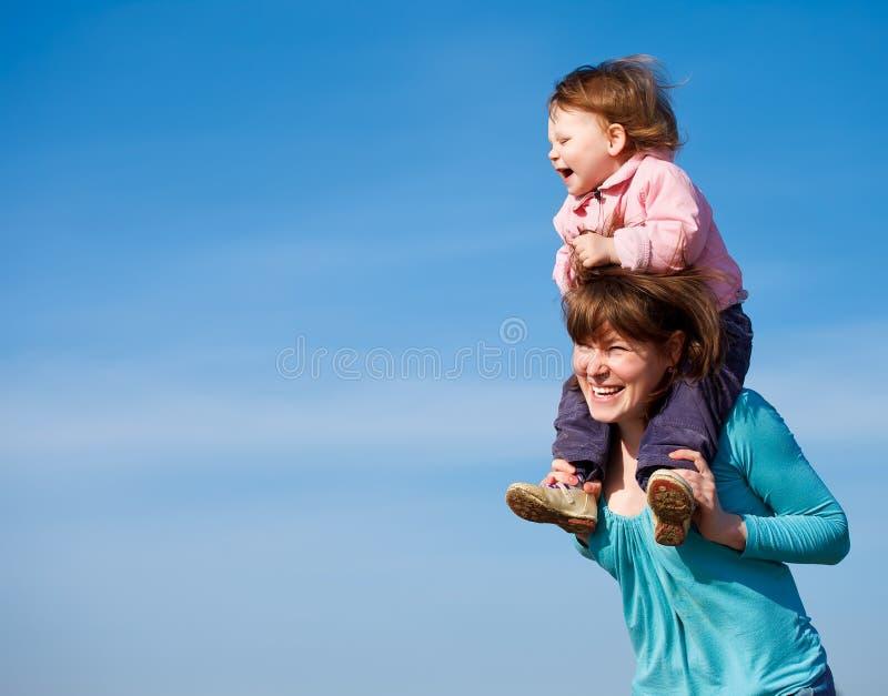 Freundliche Mutter und lockiges Baby lizenzfreie stockbilder