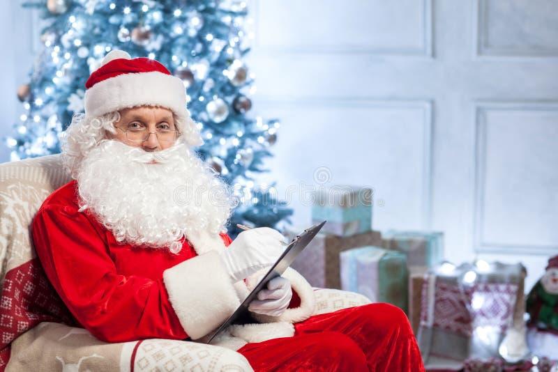 Freundliche Santa Claus bereitet sich für den Gruß vor lizenzfreie stockfotos