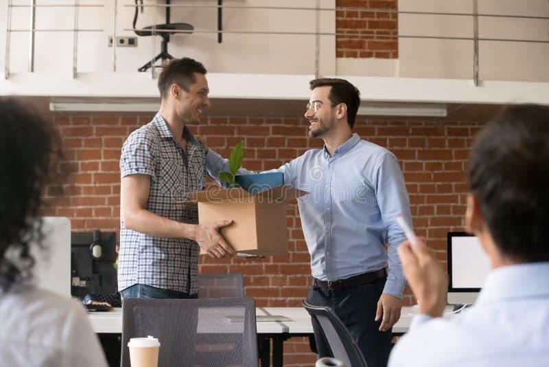 Freundlicher Firmenceo begrüßt neuen Angestellten stockbilder