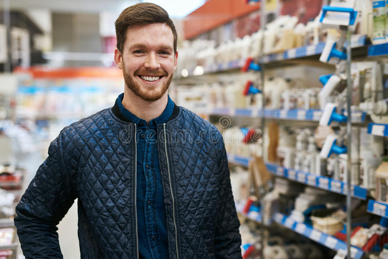 Freundlicher gutaussehender Mann in einem Baumarkt lizenzfreie stockfotografie