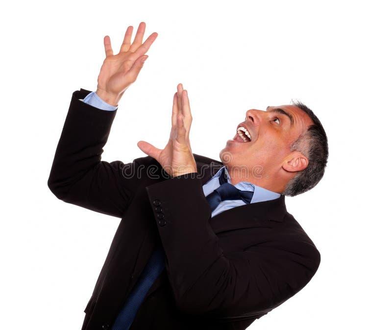 Freundlicher hispanischer schreiender Geschäftsmann lizenzfreies stockfoto