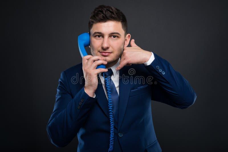 Freundlicher männlicher Unternehmer mit Telefonempfänger lizenzfreies stockbild