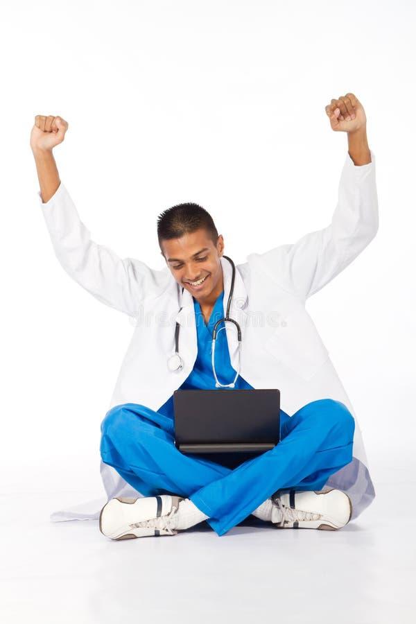 Freundlicher medizinischer Internierter stockbilder
