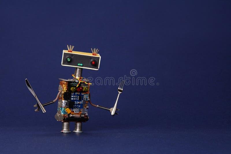 Freundlicher Roboterkellner mit Gabel und Messer Küchenchef-Spielzeugcharakter des Lebensmittelmenükonzeptes netter kochender auf stockfotografie