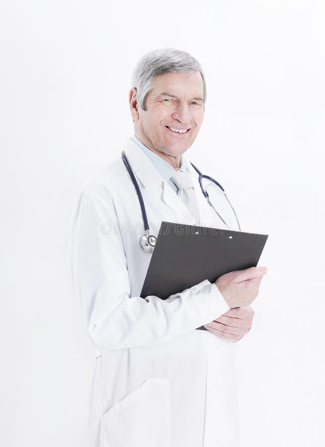 Freundlicher Therapeut mit Dokumenten Getrennt auf einem weißen Hintergrund lizenzfreie stockfotografie