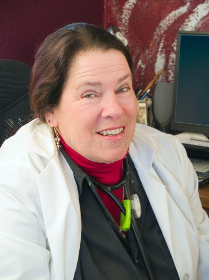 Freundlicher weiblicher Doktor in ihrem Büro lizenzfreies stockbild