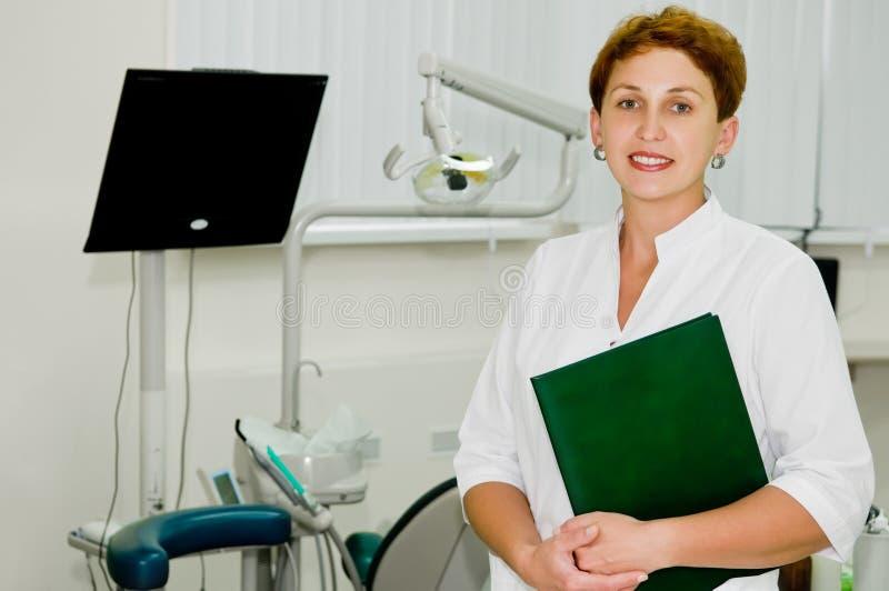 Freundlicher Zahnarzt an der Klinik lizenzfreies stockfoto