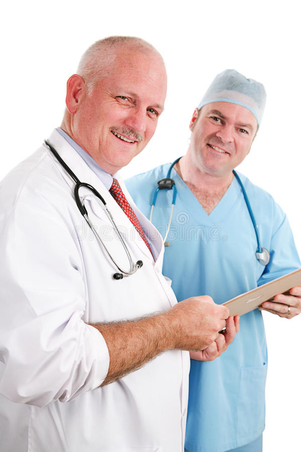 Freundliches Ärzteteam mit Diagramm lizenzfreie stockfotos