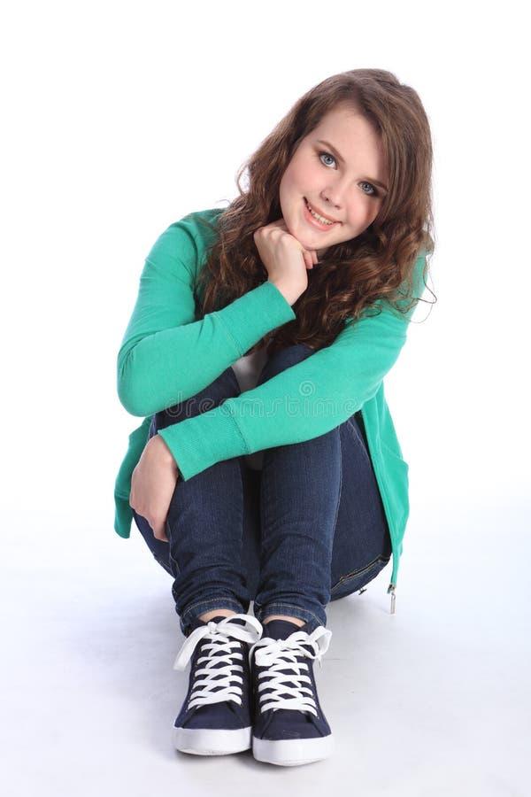 Freundliches blaues gemustertes Jugendlichmädchen entspannte sich auf Fußboden stockbild
