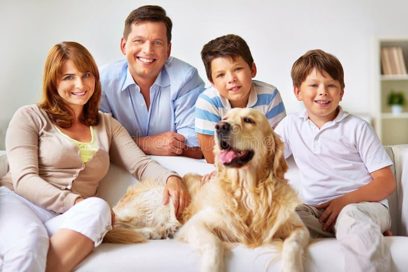 Freundliches family lizenzfreie stockfotografie
