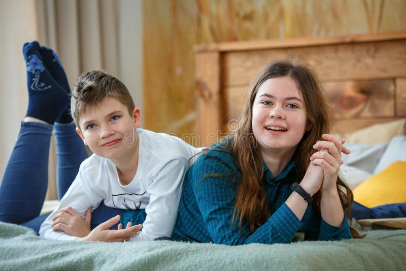 Freundliches family Bruder und Schwester lizenzfreie stockfotografie