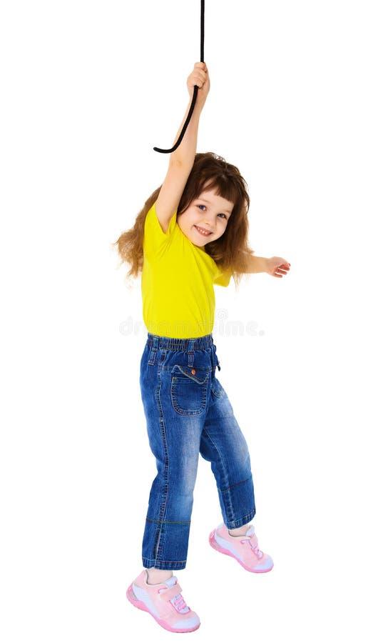 Freundliches kleines Mädchen, das an einem Seil hängt stockfoto