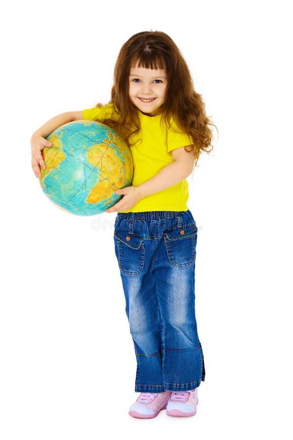 Freundliches kleines Mädchen mit einer geographischen Kugel stockbilder